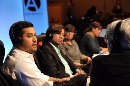 FOTO DE QUIM LLENAS | Día de la Libertad de Prensa 2017 | Macu de la Cruz, vicepresidenta de RSF España, con los periodistas Óscar Martínez y Milthon Robles
